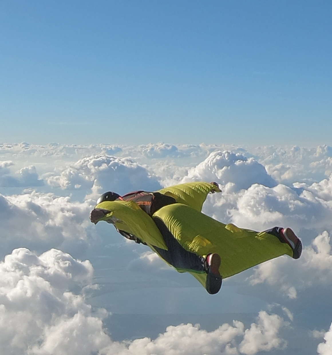 Intermediate wingsuit for skydiving and BASE jumping: Swift